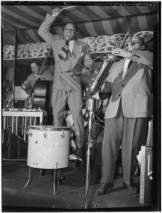 800px-Lionel_Hampton_and_Arnett_Cobb,_Aquarioum,_NYC,_ca._June_1946_(Gottlieb)